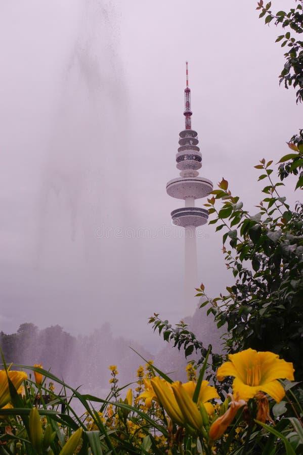Amburgo, Heinrich-Hertz-Turm, parcheggia vicino dal centro fotografie stock libere da diritti