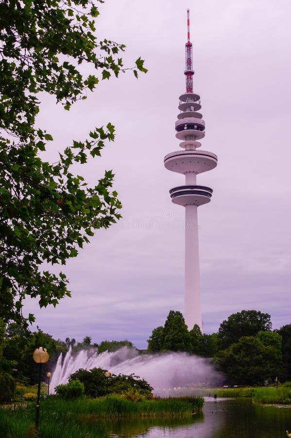 Amburgo, Heinrich-Hertz-Turm, parcheggia vicino dal centro immagini stock libere da diritti
