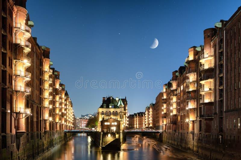 Amburgo Speicherstadt alla notte immagine stock libera da diritti