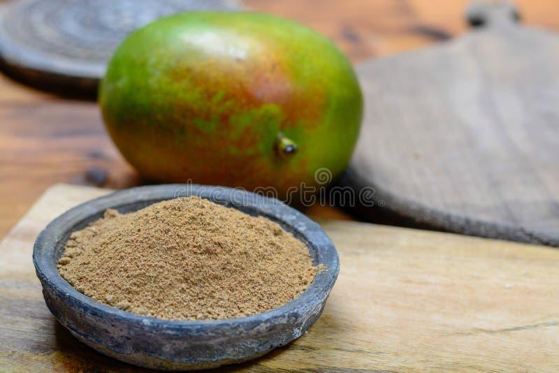 Amchoor或aamchur,芒果粉末,由干未成熟的绿色芒果做的水果的香料粉末在印度,用于调味食物紧密  免版税库存图片