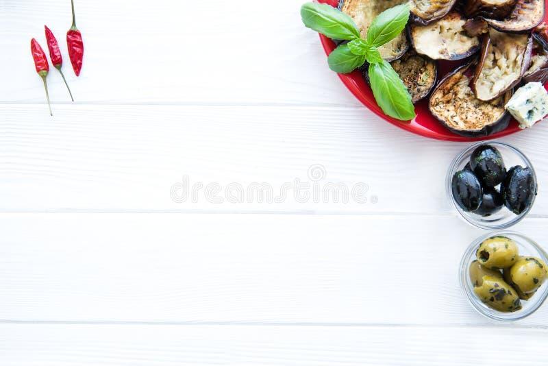 Amd grelhado das beringelas, as pretas e as verdes das azeitonas pouca paprika, espaço para o texto, espaço livre imagens de stock royalty free
