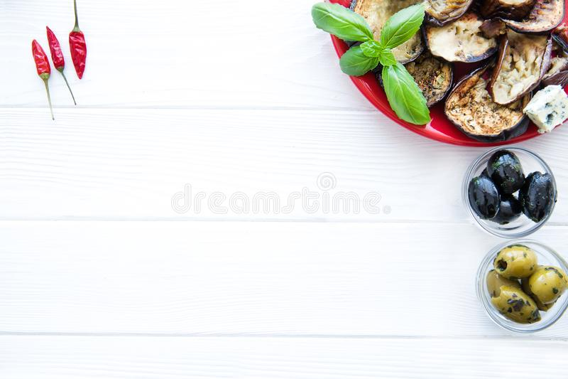 Amd grillé d'olives d'aubergines, noires et vertes peu de paprika, l'espace pour le texte, l'espace libre images libres de droits