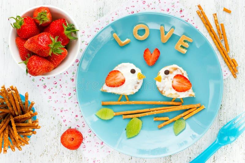 Ame el bocadillo de los pájaros de la crepe con crema y la fresa imágenes de archivo libres de regalías