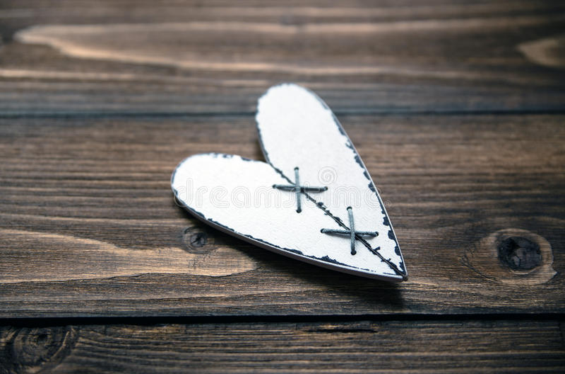 Ame el corazón en el viejo fondo de madera de la textura, concepto de la tarjeta del día de tarjetas del día de San Valentín imagen de archivo libre de regalías