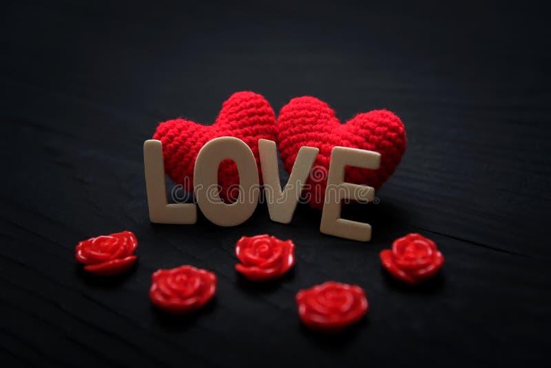Ame el corazón en el fondo negro de madera, concepto del día de tarjetas del día de San Valentín imagenes de archivo