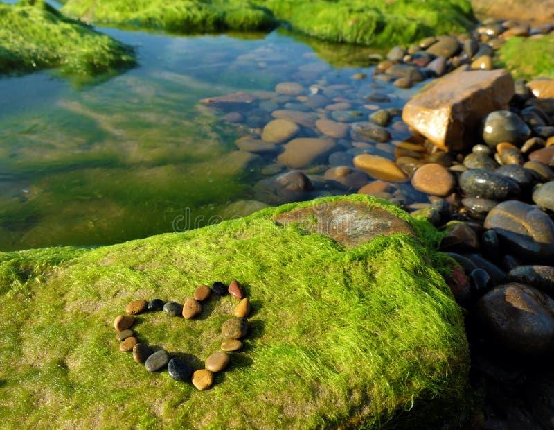 Ame el fondo, corazón, playa, día de San Valentín imagenes de archivo
