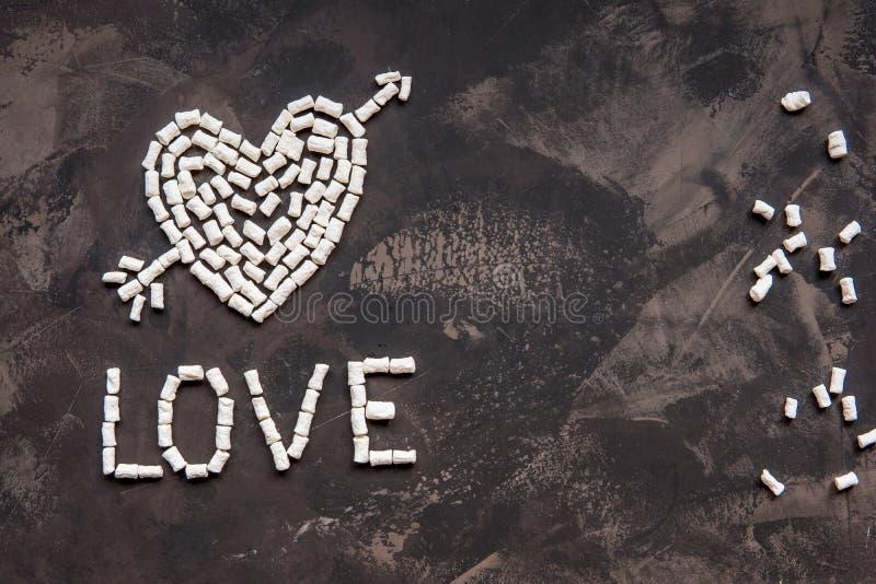 Ame el texto hecho de la melcocha blanca del corazón, decoración para el amor fotos de archivo