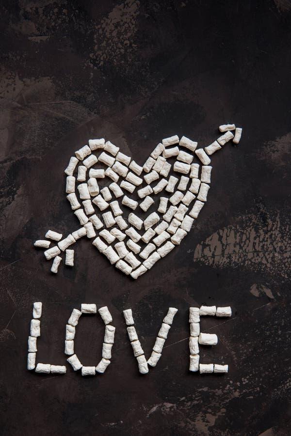 Ame el texto hecho de la melcocha blanca del corazón, decoración para el amor fotos de archivo libres de regalías