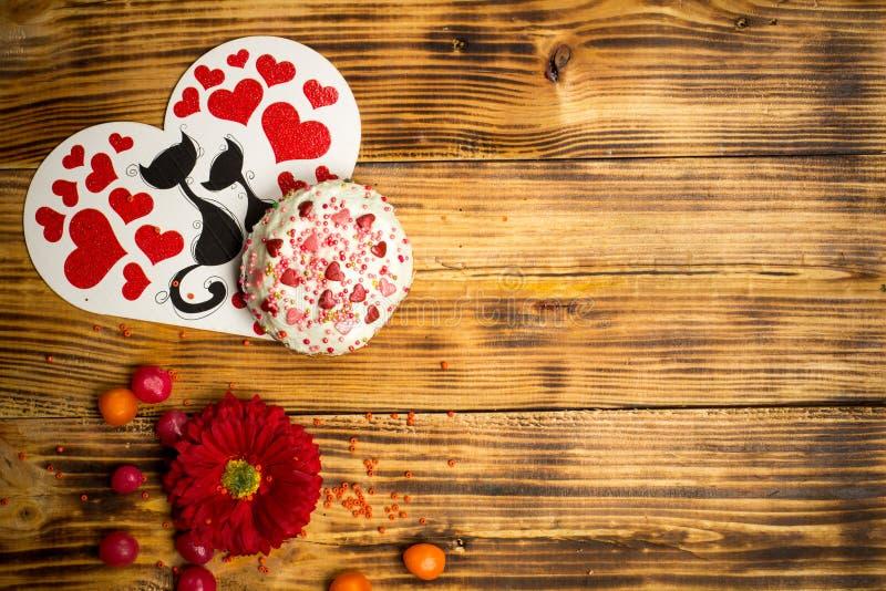 Ame famaly o cartão, bolo do açúcar, tabela de madeira das flores do vermelho fotos de stock