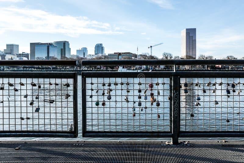 Ame fechamentos no rio de Willamette que enfrenta a skyline da cidade em Portland Oregon Em dezembro de 2017 imagem de stock royalty free