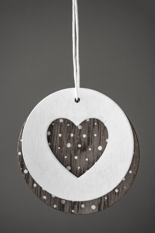 Ame la ejecución del corazón en el fondo de madera de la textura, concepto de la tarjeta del día de tarjetas del día de San Valen fotos de archivo libres de regalías