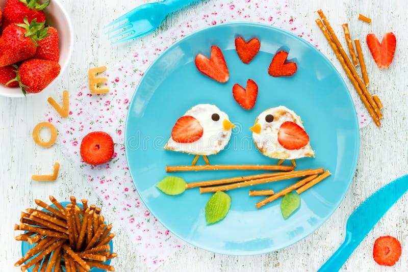 Ame las crepes de los pájaros - desayuno romántico el día de tarjetas del día de San Valentín imagen de archivo