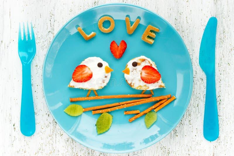 Ame las crepes de los pájaros - desayuno romántico el día de tarjetas del día de San Valentín Creatina imagen de archivo