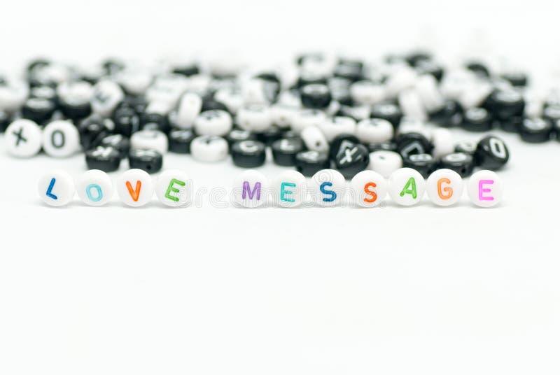 Ame a mensagem escrita com letras coloridas e letra preto e branco no fundo na foto branca do conceito foto de stock royalty free