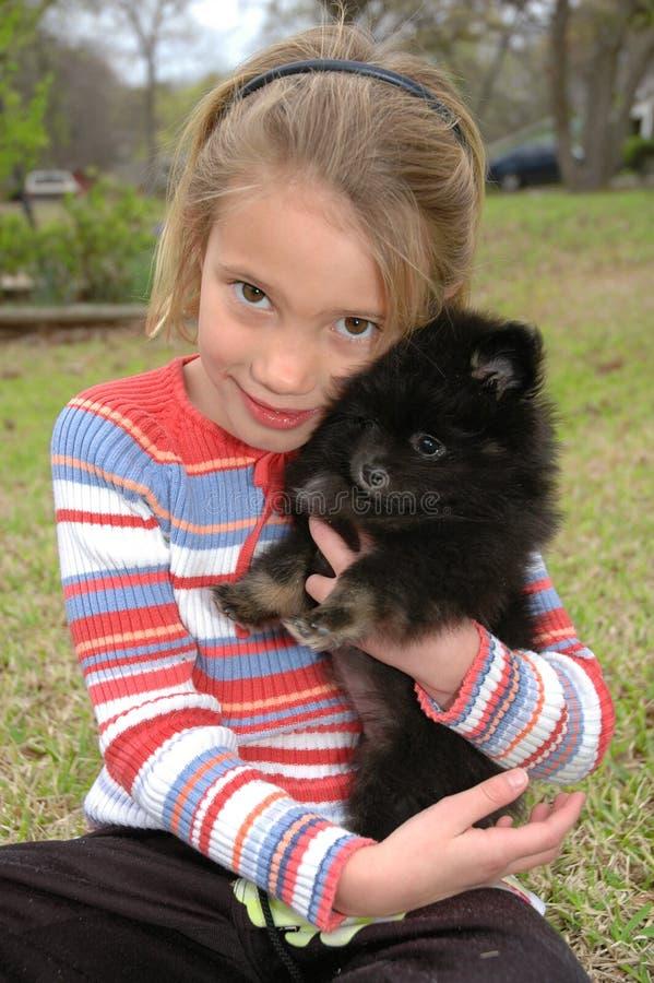 Ame meu filhote de cachorro foto de stock