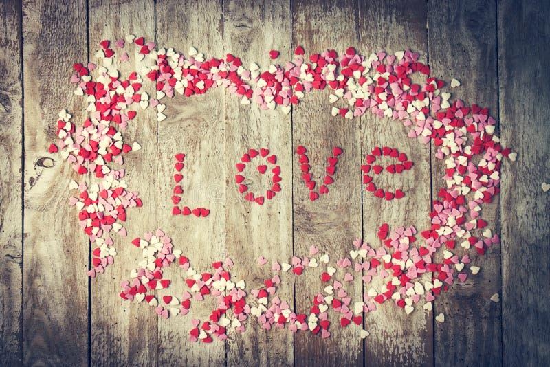 Ame o conceito com letras AMAM e queridos no CCB de madeira velho foto de stock royalty free