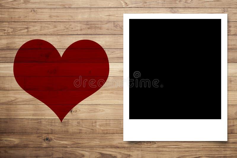 Ame o coração e o quadro da foto na parede de madeira da prancha de Brown ilustração royalty free
