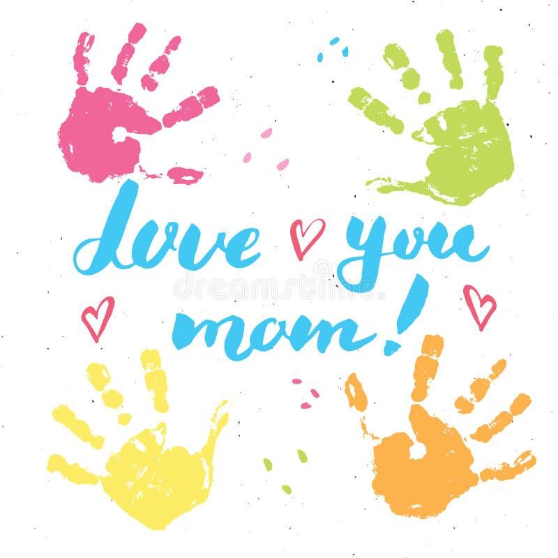 Ame-o, mamã! Sinal de rotulação escrito à mão da caligrafia, cartão tirado mão do dia de mãe com selo da pintura das mãos do bebê ilustração royalty free