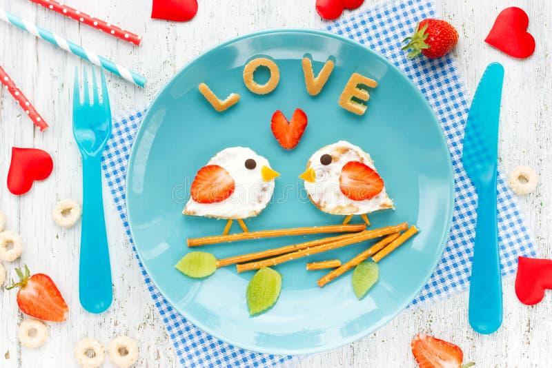 Ame o sanduíche dos pássaros da panqueca com creme e morango foto de stock