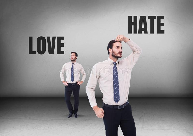 Ame ou odeie o texto e o homem de negócios que olham em sentidos opostos foto de stock
