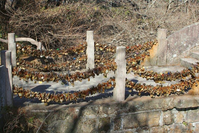 Ame a ponte nas montanhas amarelas, China do fechamento fotos de stock