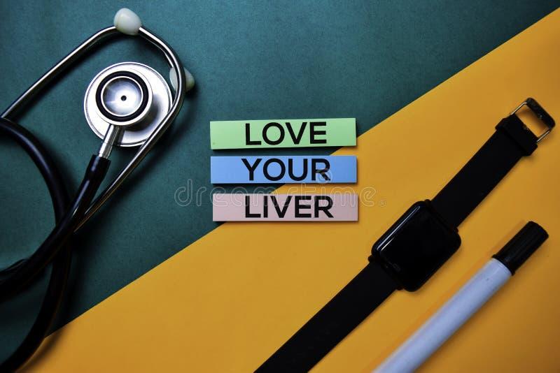 Ame su texto del hígado en la tabla de color de la visión superior y la atención sanitaria/el concepto médico foto de archivo