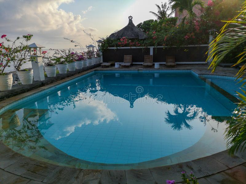 Amed,巴厘岛- 2018年12月:在Kembali海滩平房的美丽的水池在Amed村庄依靠 免版税库存照片