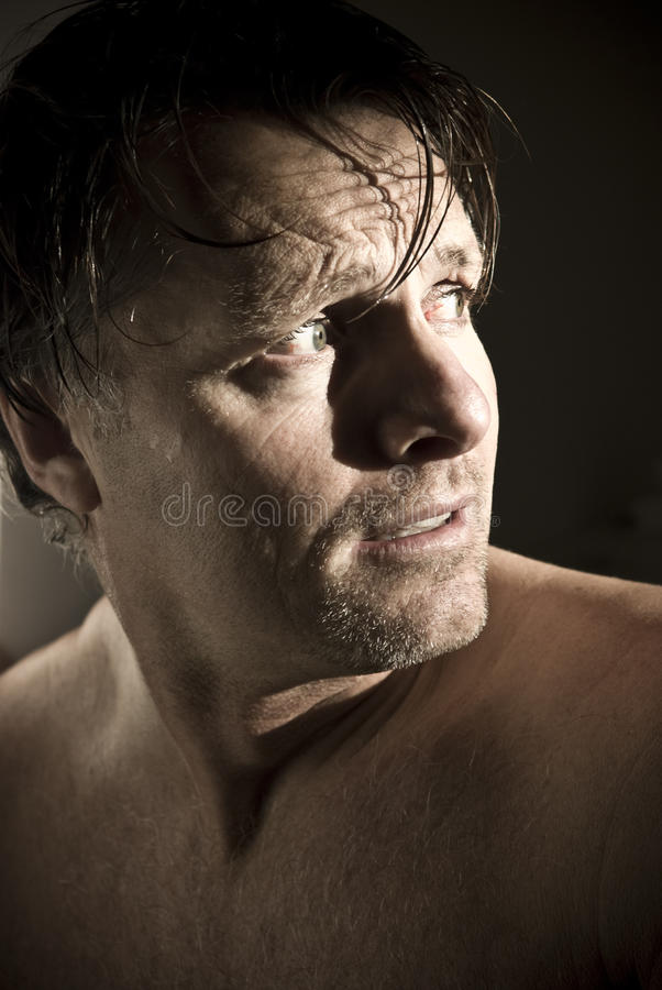 Amedrontado olhando o homem. imagens de stock