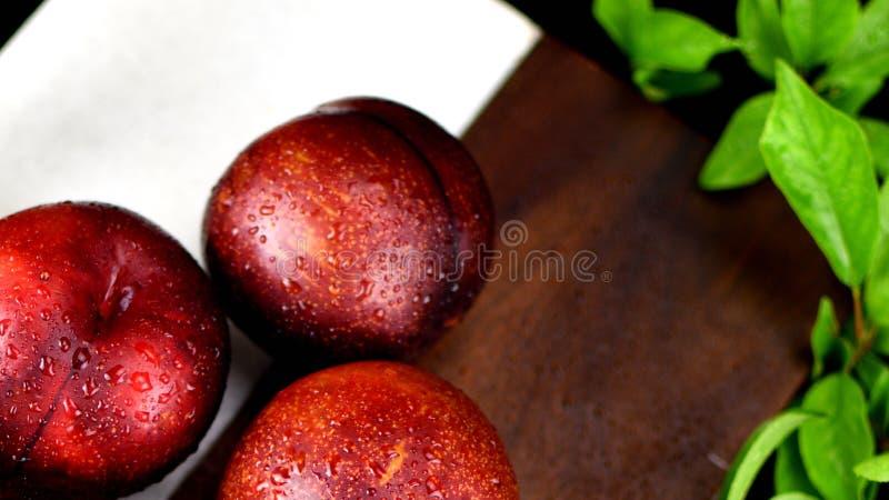 3 ameixas vermelhas próximas acima do tiro imagem de stock