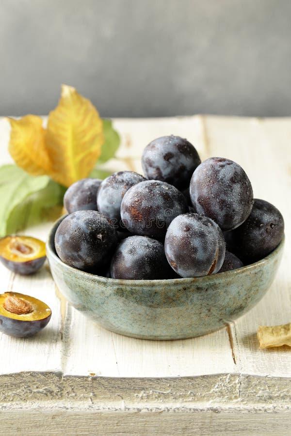 Ameixas violetas orgânicas maduras fotos de stock