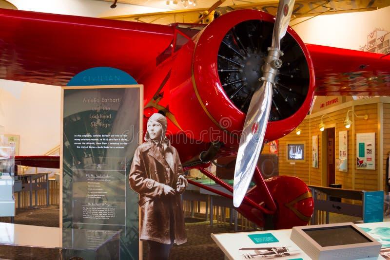Amelia Earhart e mulher vermelha de Lockheed 5B Vega primeira para tentar t imagens de stock