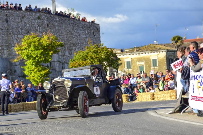 Amelia, Itália, em maio de 2018 Mille Miglia 1000 milhas, raça de carro histórica do vintage Dois homens que conduzem Fiat histór fotos de stock royalty free