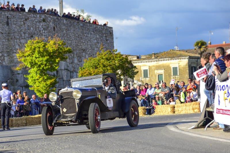 Amelia, Italië, Mei 2018 Mille Miglia 1000 Mijlen, historisch uitstekend autoras Twee mensen die historisch Fiat drijven Op de we royalty-vrije stock foto's