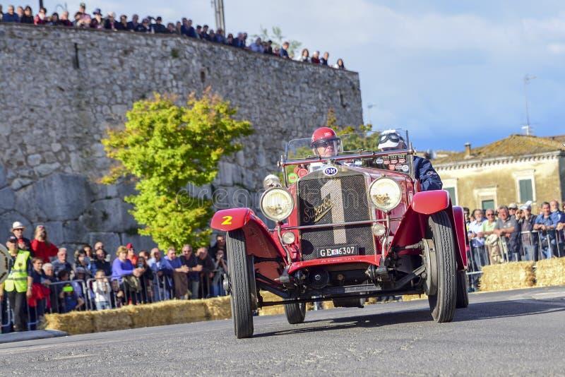 Amelia, Italia, maggio 2018 Mille Miglia 1000 miglia, corsa di automobile d'annata storica Due uomini che determinano un colore r fotografia stock