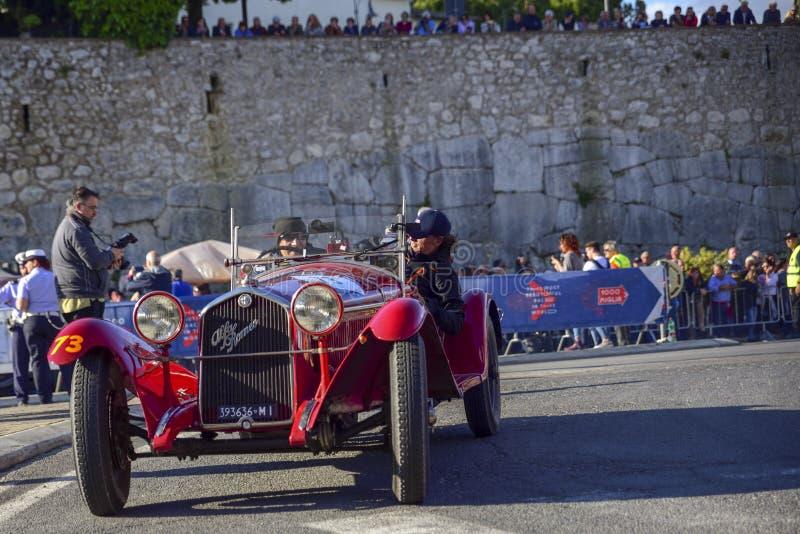 Amelia, Italia, maggio 2018 Mille Miglia 1000 miglia, corsa di automobile d'annata storica Due uomini che guidano Alfa Romeo stor fotografia stock libera da diritti