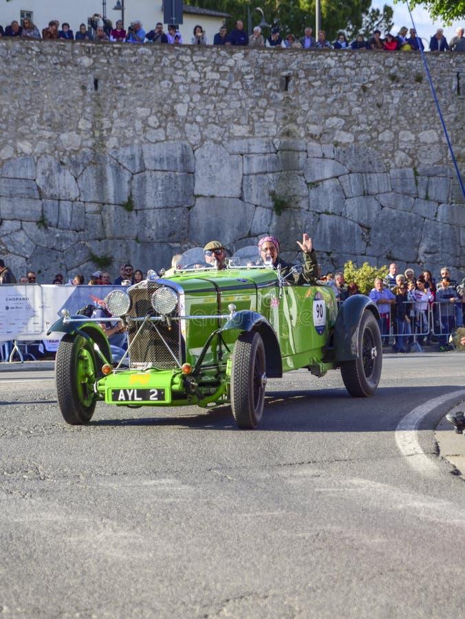 Amelia, Italia, mayo de 2018 Mille Miglia 1000 millas, carrera de coches histórica del vintage Un par que conduce un coche verde  fotos de archivo libres de regalías