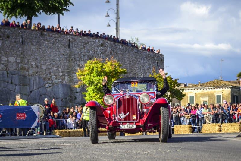 Amelia, Italie, mai 2018 Mille Miglia 1000 milles, course de voiture historique de cru Deux hommes conduisant Alfa Romeo rouge hi photographie stock libre de droits