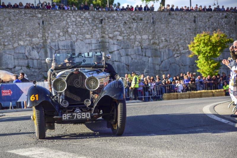 Amelia, Włochy, Maj 2018 Mille Miglia 1000 mil, dziejowego rocznika samochodowa rasa Dwa mężczyzny jedzie historycznego Bugatti,  obraz stock