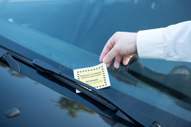 Amende de billet de violation de stationnement sur le pare-brise image libre de droits