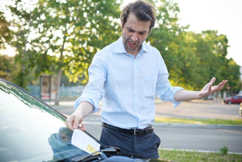 Amende de billet de violation de stationnement sur le pare-brise image stock