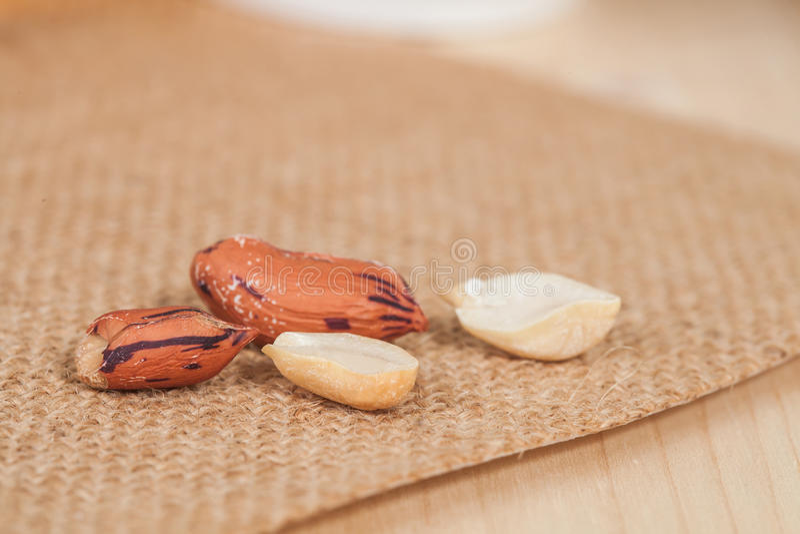 Amendoim do tigre na tabela imagens de stock royalty free