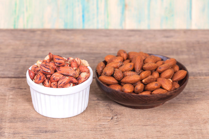 Amendoim e amêndoas do tigre na bacia foto de stock royalty free