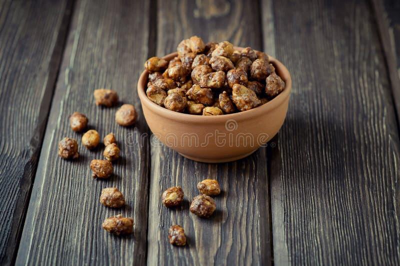 Amendoins adoçados em uma bacia marrom fotografia de stock