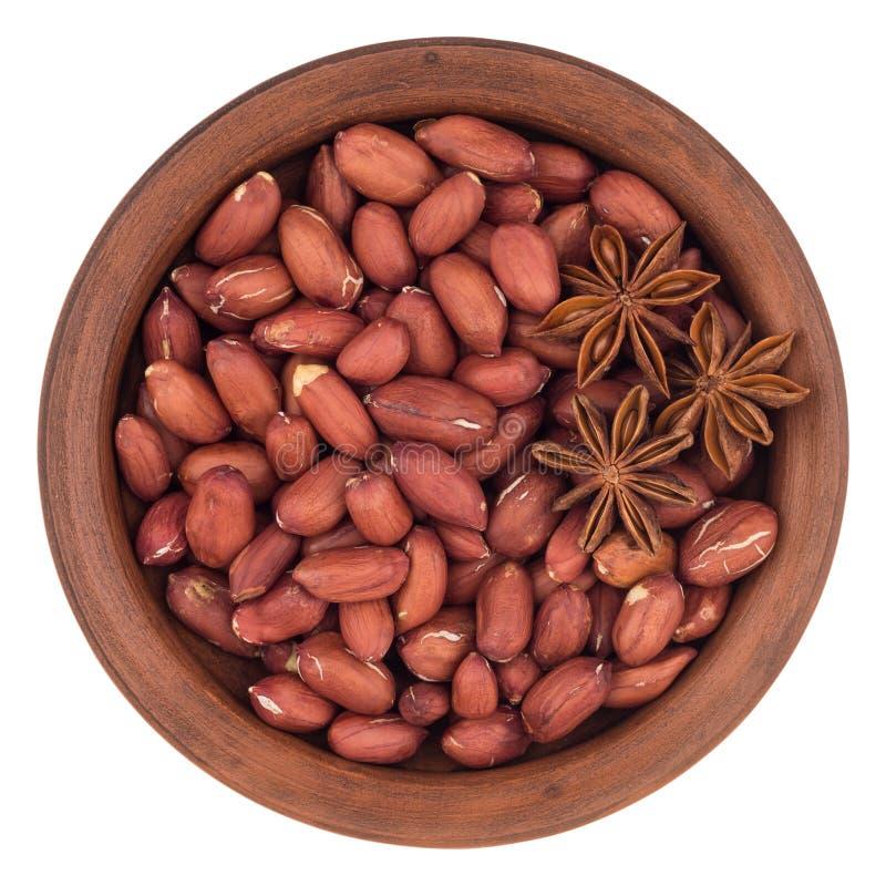 Amendoins com anis de estrela em uma bacia cerâmica T imagem de stock royalty free