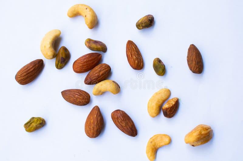 Amendoins e amêndoa no fundo branco imagem de stock royalty free