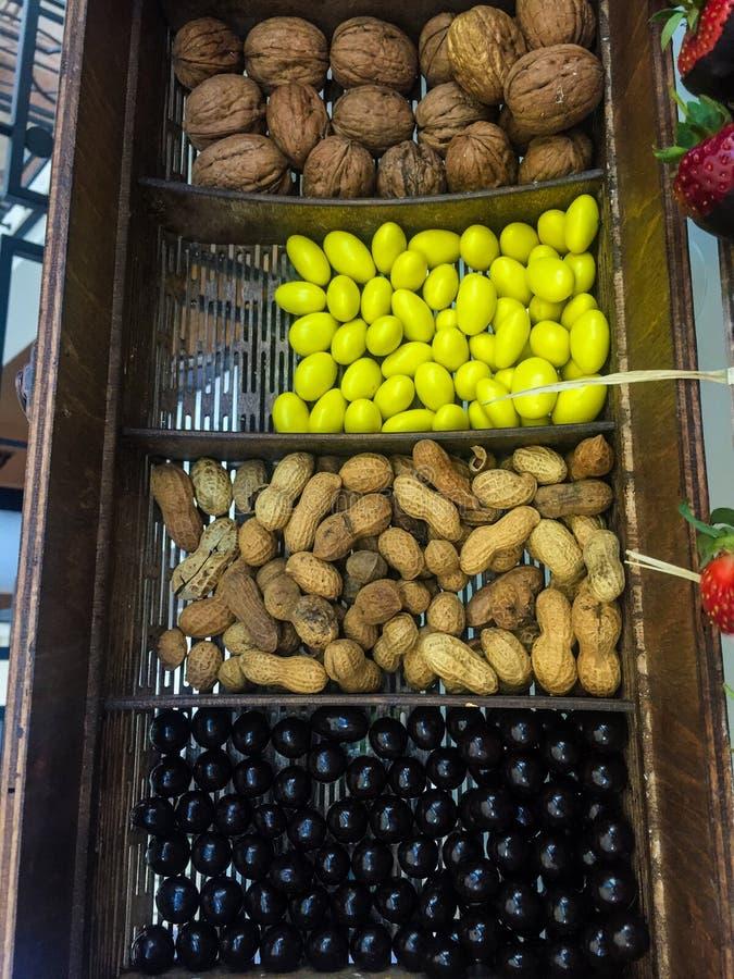 Amendoins e nozes imagens de stock