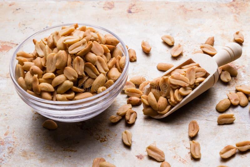 Amendoins em uma colher imagem de stock royalty free