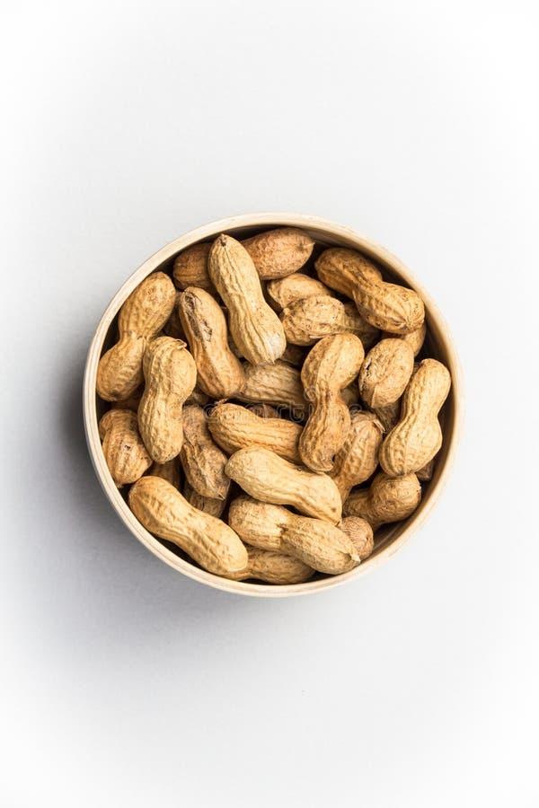 Amendoins isolados no fundo branco foto de stock