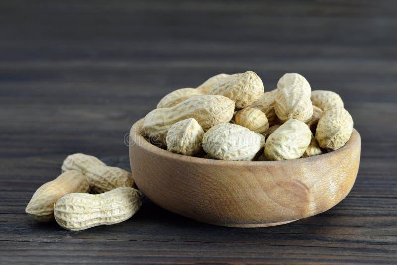 Amendoins na bacia imagens de stock royalty free