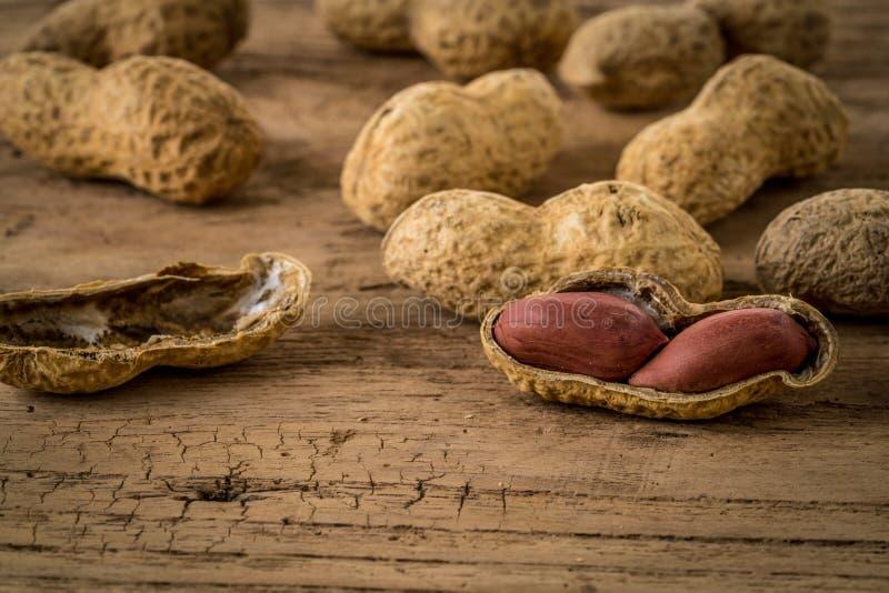 Amendoins na mesa de madeira fotos de stock